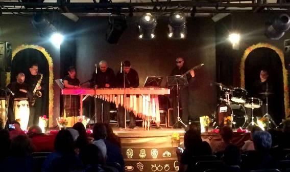 La banda tocando en Dia de Muertos en el Panteón de Guerrero