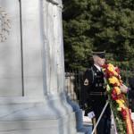 Rajoy deposita una corona de laurel y flores (con los colores de España) en el monumento de Arlington como señal de respeto y consideración a quienes allí yacecn. AFP PHOTO/Brendan SMIALOWSKI