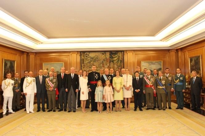 Fotografía de asistentes al acto de  imposición de la faja de Capitán General