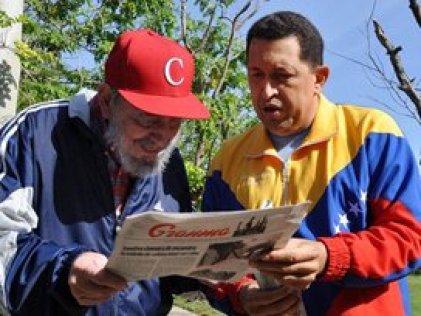 Chávez y Castro posan con un periódico.
