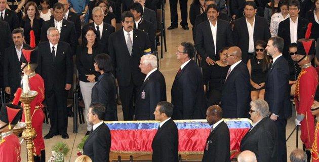 El Príncipe de Asturias, junto a otros dirigentes, haciendo una Guardia de Honor.