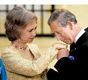 El Príncipe Carlos de Inglaterra besa la mano de S.M. La Reina