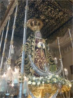 La Virgen bajo un rico y majestuoso palio