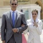 Doña Letizia vestida de blanco y D. Felipe -circunstancia extraña-con gafas.