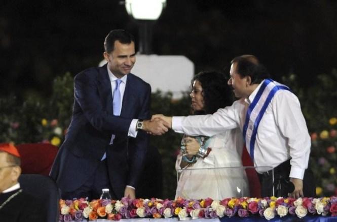 Ortega estrecha la mano del Príncipe tras su anterior desliz.