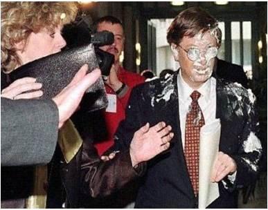El tartazo a Bill Gates no le causó grandes daños físicos pero provocó enormes pérdidas económicas a su empresa. Fue un fallo de seguridad terrible.