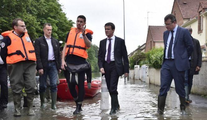 Manuel Valls, Primer Ministro francés, acude con botas de agua y traje de diseño a las inundaciones de París. Foto : AFP