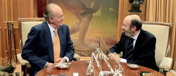 El Rey se mostró distendido y cordial con Rubalcaba (EFE)