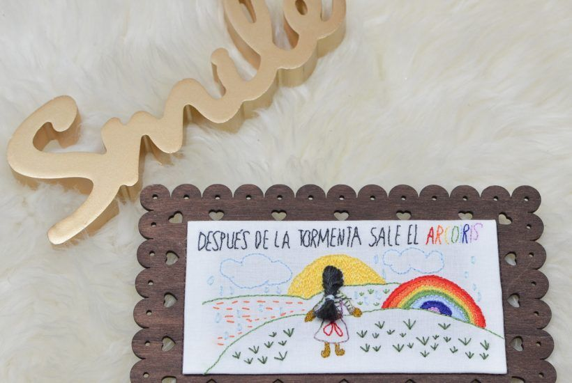Después de la tormenta sale el arcoiris: Tabla de madera decorada con bordado