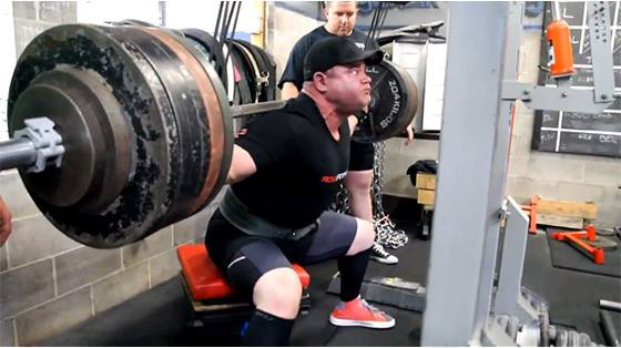 Powerlifter practicando boxsquat.