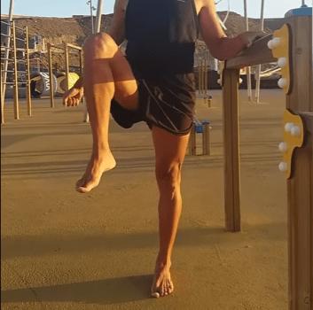 Ejercicio de rotación de cadera para mejorar la movildad.