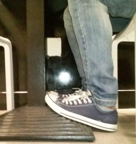 Puntas de los pies elevados.
