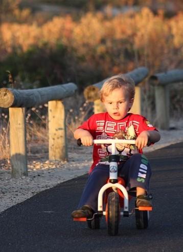 Niño montando en bici.