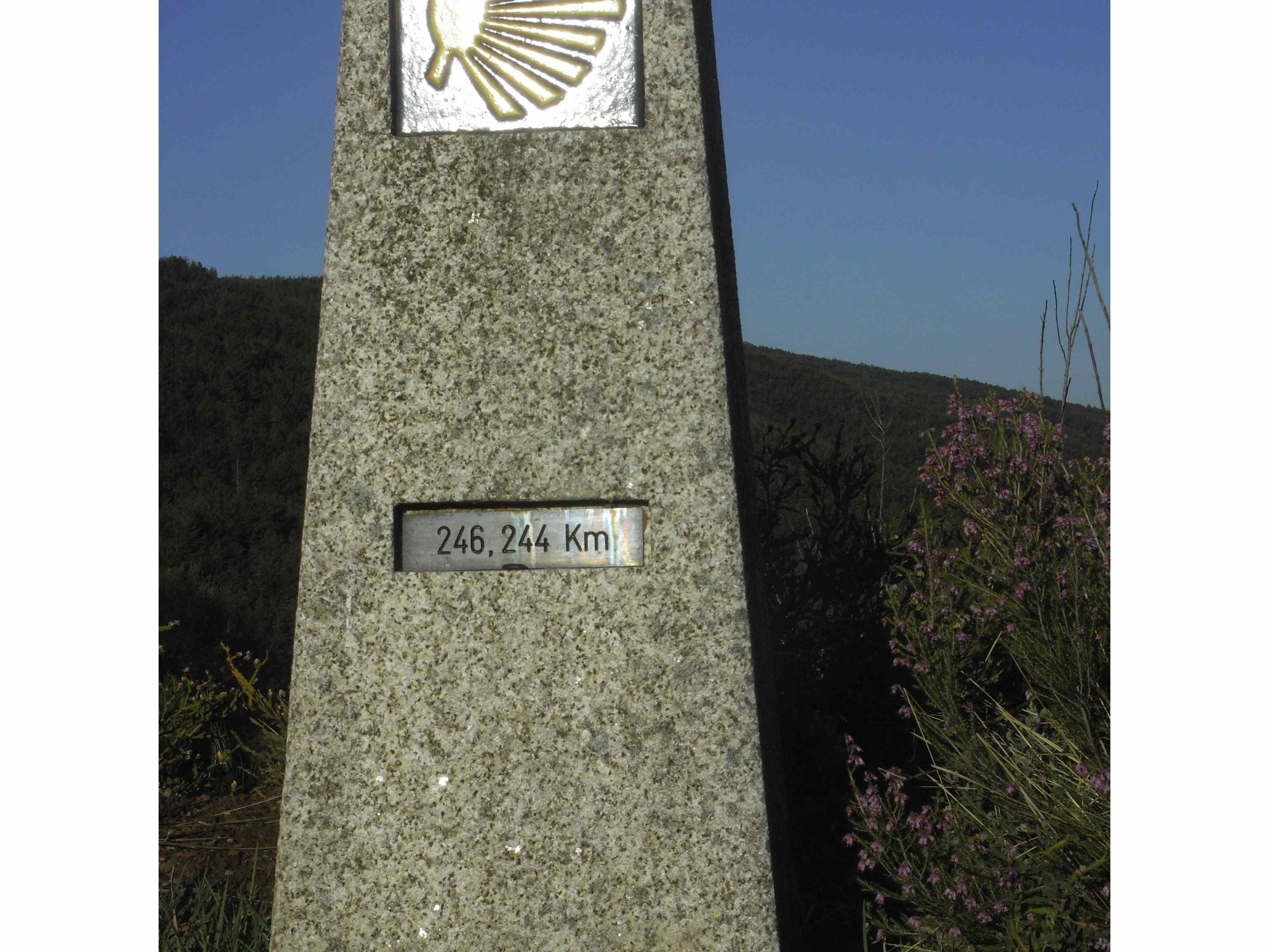 Primer mojón de entrada en Galicia