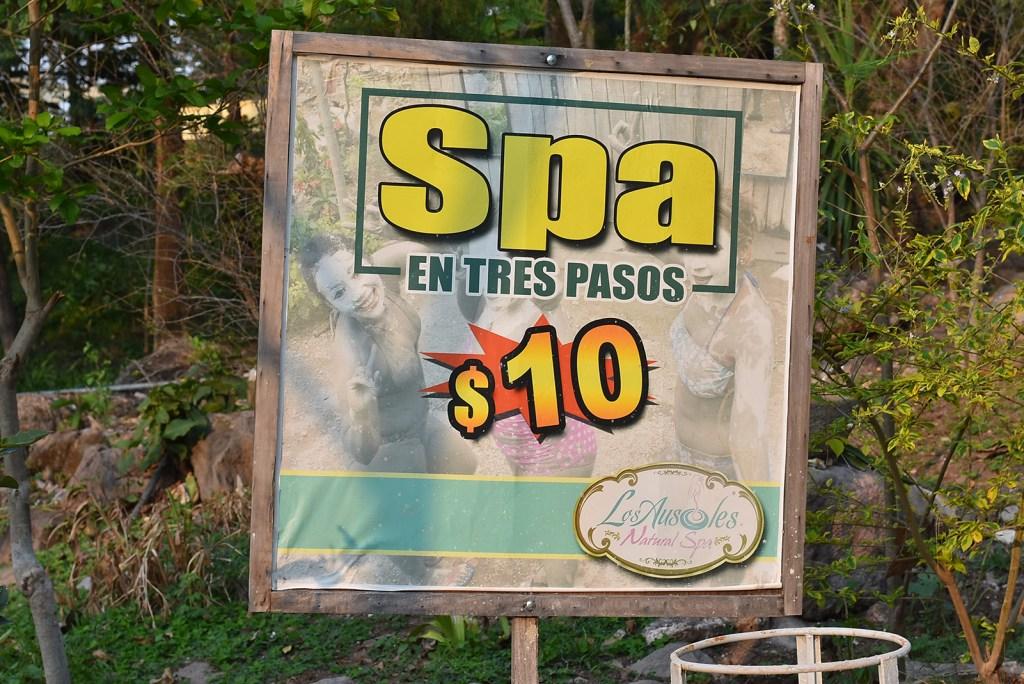 Letrero del precio del spa en tres pasos en los Termales de Santa Teresa