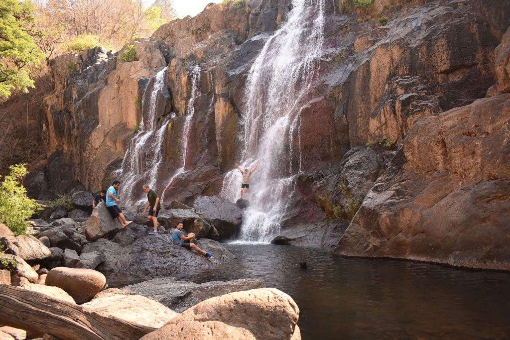 Los más intrépidos disfrutaran escalando en las piedras de la cascada