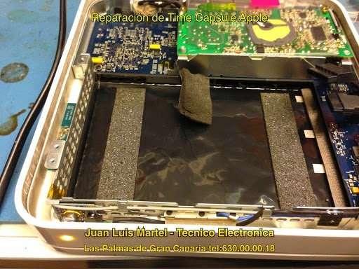 Circuito interno del Time Capsule de Apple en reparación . Servicio técnico