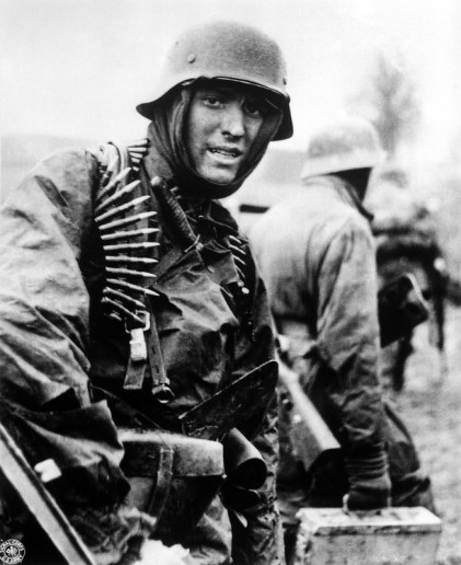 german-machine-gunner-marching-through-the-ardennes-in-the-battle-of-the-bulge_800