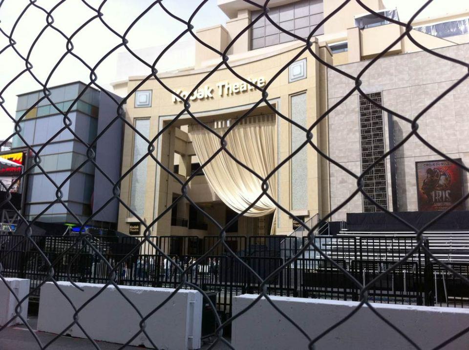 O ainda Kodak Theatre sendo preparado pra receber o Oscar de 2012 visto do outro lado da rua (Foto: Thiago Borbolla / JUDAO.com.br)