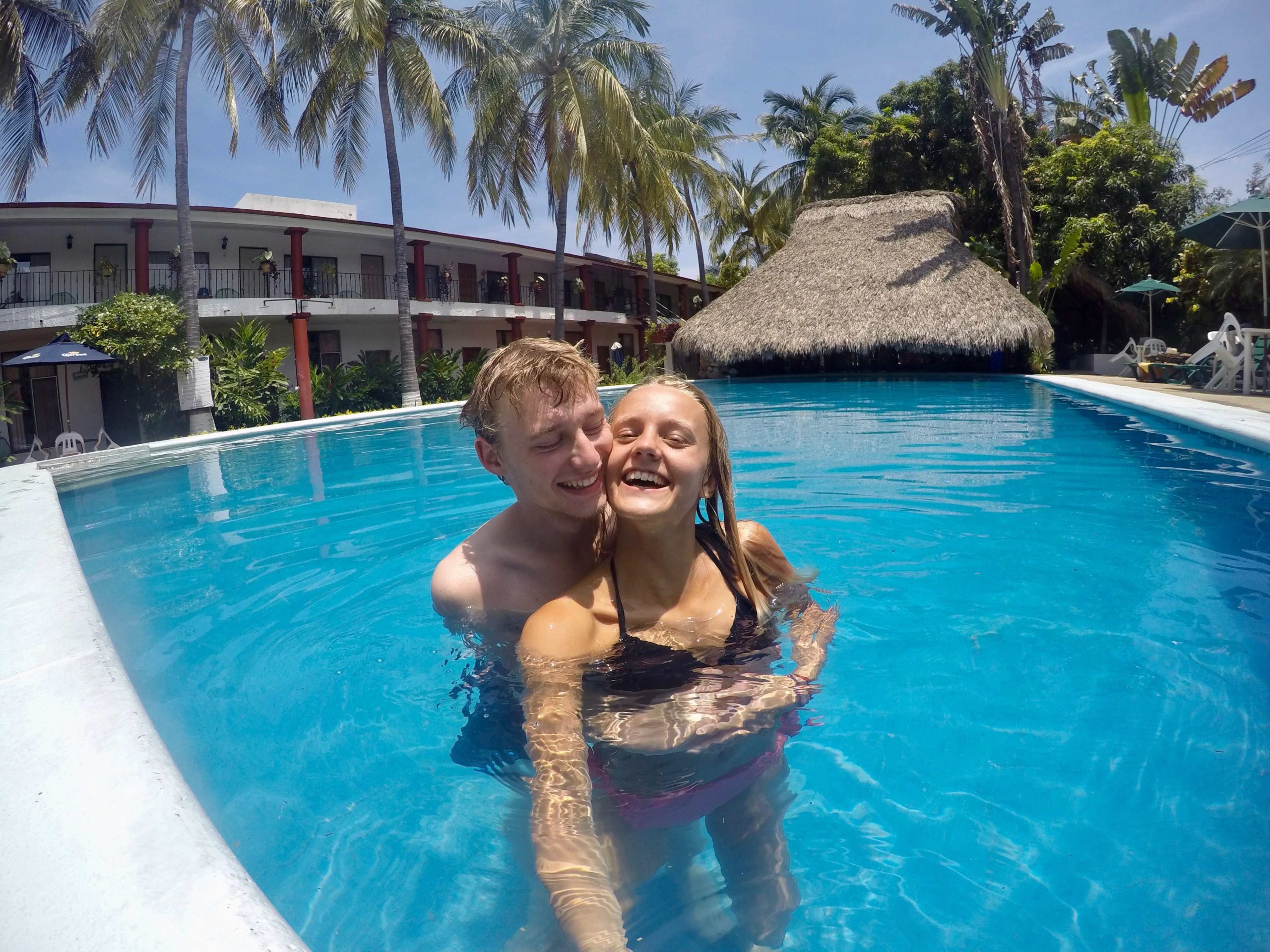 Judith Voyage et Etienne dans la piscine de l'Hôtel Albatros à Puerto Escondido