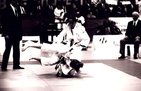 Photo en noir et blanc de judokas en combat.