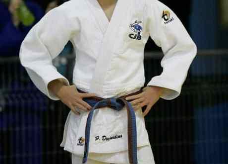 Judoka avec les mains sur les hanches.