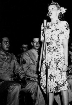 Judy Garland enterins the troops, September 1943