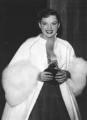 Judy Garland arrives at the Los Angeles Philharmonic april 21, 1952