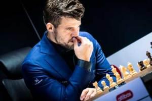 Magnus Carlsen actual campeón del mundo de ajedrez y el mejor jugador de ajedrez de la historia pensando jugando una partida de ajedrez
