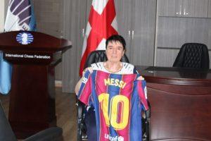 Lionel Messi regaló a Nona Gaprindashvili una camiseta autografiada en su 80 aniversario