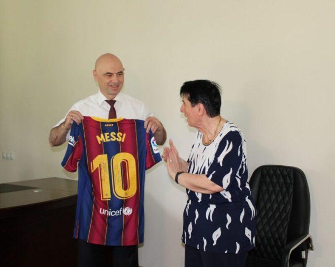 Lionel Messi regaló a Nona Gaprindashvili una camiseta autografiada