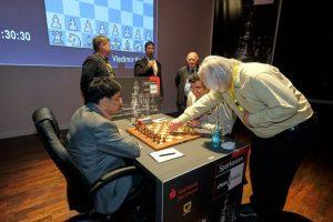La segunda partida de la partida de ajedrez sin enroque Kramnik - Anand se jugó en Dortmund . El primer movimiento fue realizado por Artur Yusupov