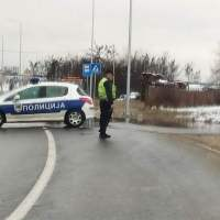 Zbog izlivanja vode obustavljen saobraćaj na putu Leskovac - Barje