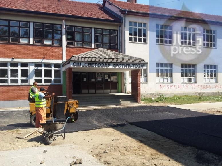Sredjuju dvoriše škole, plafon čeka dve i po godine