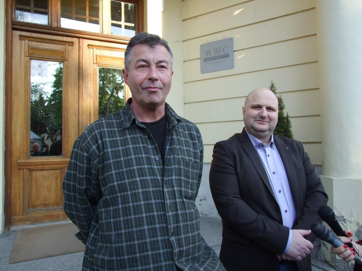 Odbornici Saveza za Srbiju pred zgradom Skupštine grada Leskovca