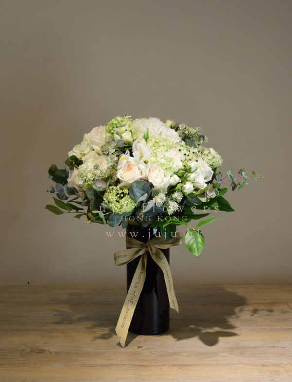 01052-White bouquet in vase