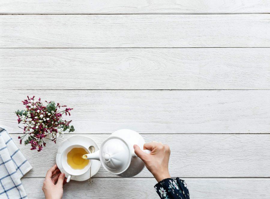 comment et pourquoi créer routine, femme qui sert le thé flatlay
