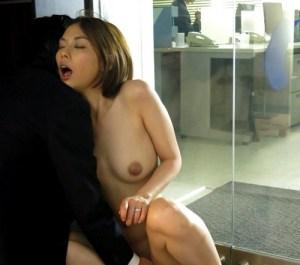 【声我慢SEX】「ほら、そこに旦那がいるぞ…」夫が働く姿を観ながら、応接室で寝取られファック!