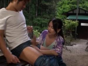 キャンプ場で青年ち●ぽハンティングするママ友★勃起肉棒ニギニギ、シコシコして誘惑し、こっそり野外SEX