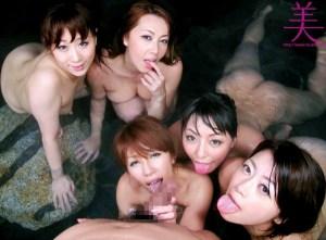 【美熟女ハーレム温泉ツアー】超豪華なセクシー熟女優が、ニヤつきながらチ●ポを奪い合って、ザーメン搾取!
