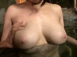 【菜月アンナ】巨爆乳の人妻が、不倫温泉旅行で性欲爆発!露天風呂オナニー、競泳水着手マン、そして夜這いSEX・・・