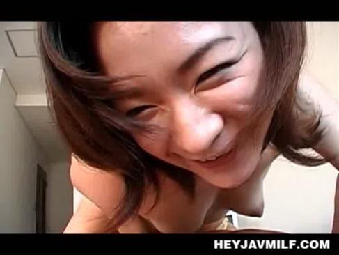 色気が凄い三十路美熟女が恍惚の表情でチンポをフェラチオ!色白で華奢な熟ボディと卑猥な舌使いがモロ見えなjyukujo動画