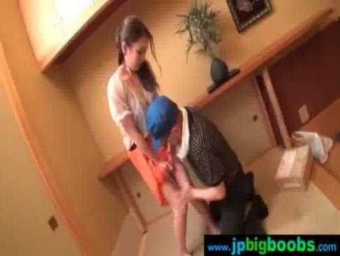 玄関で配達業者と淫行しちゃう40代後半の熟年女ひとずま!色気のある美貌と色白で熟した身体に大興奮必至なjyukujo動画