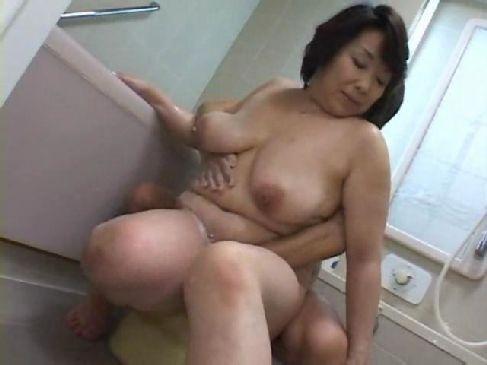 息子を呼びつけ強引に身体を洗わせる還暦熟女母が母子相姦に嵌るおばさんの動画60代無料
