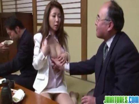 美熟女OLが接待の席で変態オヤジにセクハラされおめこを濡らす日活 無料yu-tyubu