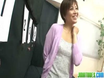 桐岡さつきが罰ゲームでパイパンおまんこをハメられてる熟女動画