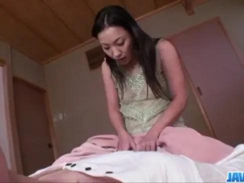 四十路美熟女がM男を痴女攻め!好き勝手に乳首舐めにフェラチオから騎乗位で挿入してるjyukujo動画画像無料