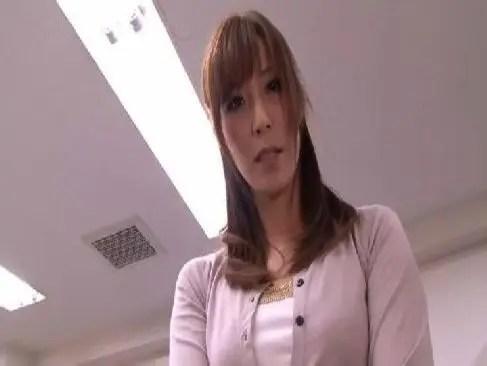 アダルトビデオ系セクシー女優の高坂保奈美が激しい性行為でおめこに大量中出ししてるjyukujo無料おばさん動画