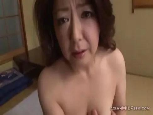 息子に肉便器のように扱われてる60歳の豊満熟女母がおまんこを弄り絶頂してる還暦動画画像無料