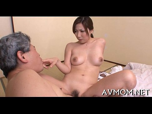義父の前で全裸になりおっぱいやおまんこを見せて興奮させる淫乱熟女おばさんのjyukujomania.com